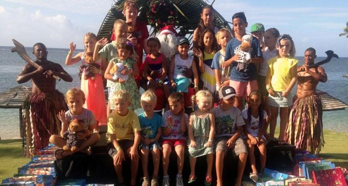 Santa Suprises Little Guests At The Warwick