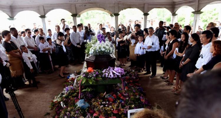Hundreds Farewell Holland Seeto