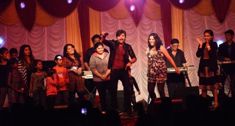 Himesh Wows Fijian Fans Bollywood  style