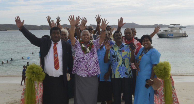 Islanders Praise Government