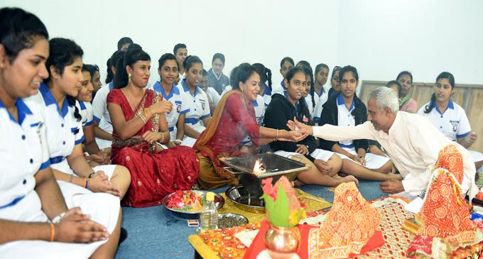 hindu singles in howells 9780791413814 0791413810 purana perennis - reciprocity and transformation in hindu and jaina texts, wendy doniger 9780848821562 0848821564 the peter principle.