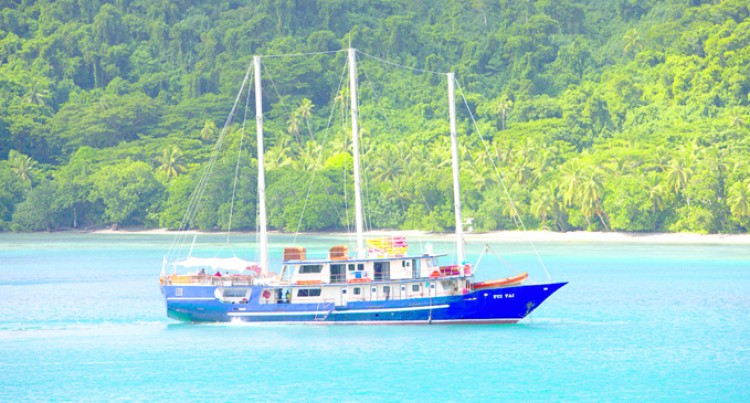 Trips Stop,Local Expedition Boat Tui Tai Under Repair
