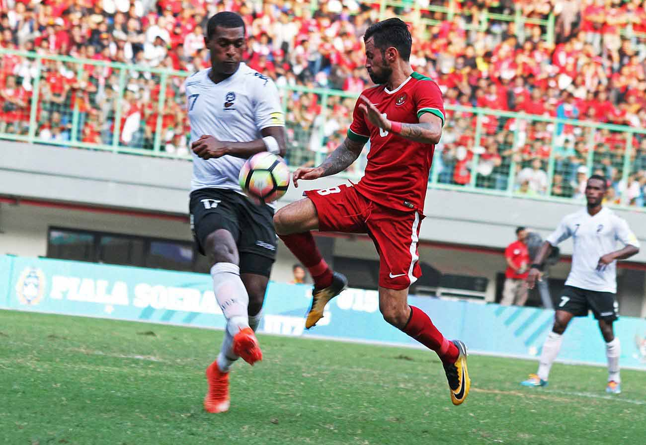 Indonesia's Stefano Janjtje Lilipaly (right) tries to steal the ball from Vodafone Fijian Kolinio Vakarauvanua Sivoki during a friendly match at the Patriot Candrabhaga Stadium in Bekasi, West Java, on September 2, 2017. Photo: The Jakarta Post