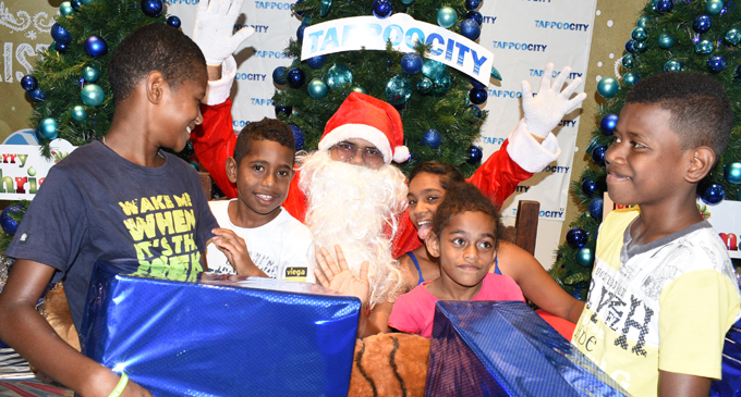 It was moment of joy for these children, Tevita Smith, Maika Koroi, Eshita Kumar, Litia Taginavatu and Zuriel Sauleca to have their photo taken with Santa Claus at TappooCity Suva on December 15, 2017. Photo: Ronald Kumar