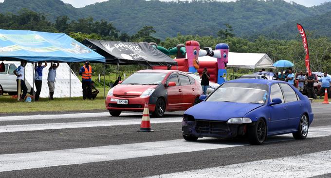 Cars lining up for the Fiji Car Club drag race on December 31, 2017. Photo: Vilimoni Vaganalau
