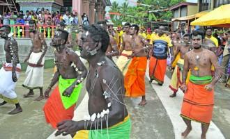 Hindu Devotees Brave Rain, Water Cuts In Fete