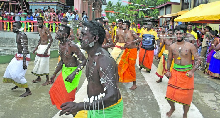 Hindu Devotees Brave Rain, Water Cuts In Fete