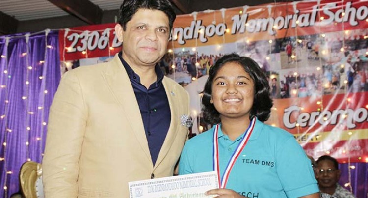 Maneeza Takes Top Hindi Orator Award