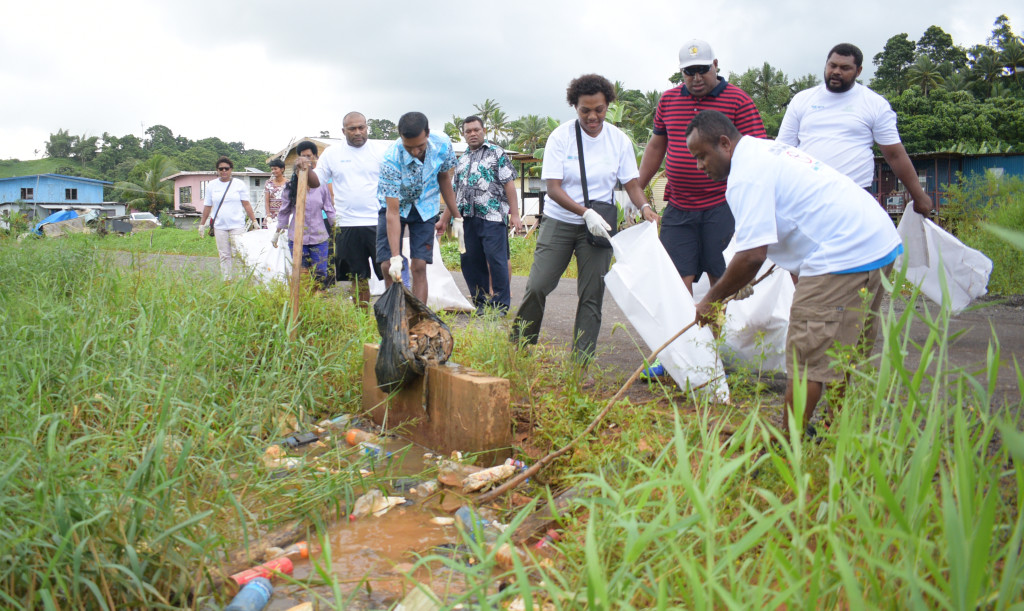 Minister for Health Dr. Iferemi Waqainabete with residents of Waimudamu settlement in cleaning up cmpaign on April 20, 2019. Photo: Ronald Kumar.