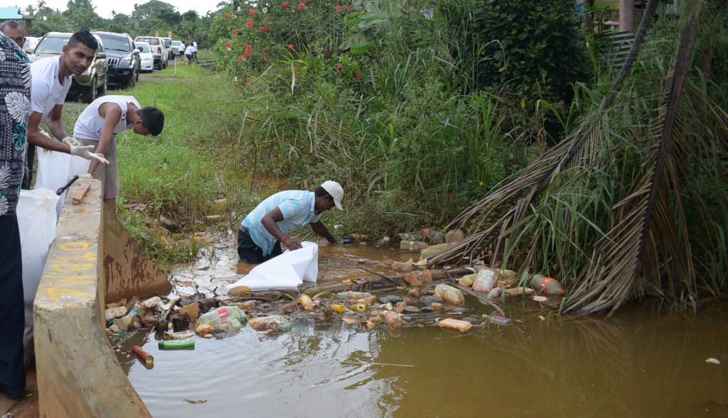 Waidamudamu settlement residents during clean-up campaign on April 20, 2019. Photo: Ronald Kumar.