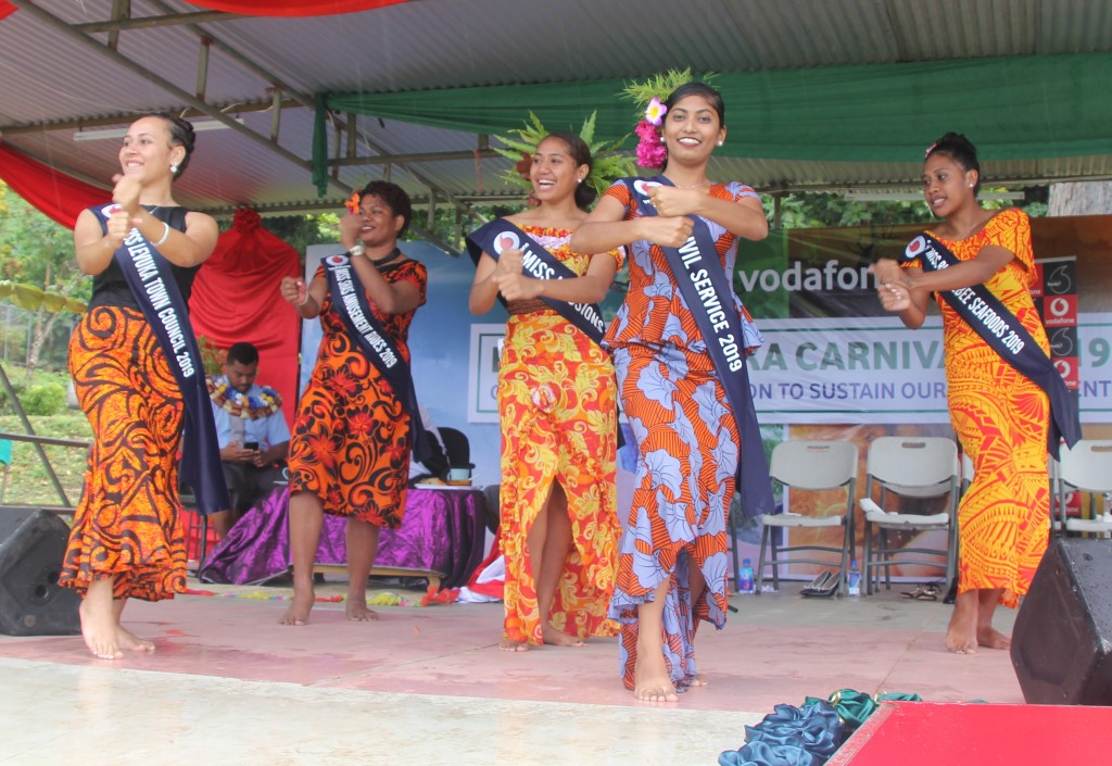 Queen contestants perform a dance after the official opening. Photo: Manhar Vithal