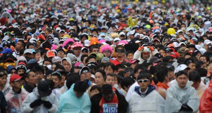 Runners waited for the start at the Tokyo metropolitan government building during the Tokyo Marathon on Feb. 22, 2015 with the participation of about 36,000 people in this annual sports event. (Xinhua/Stringer)