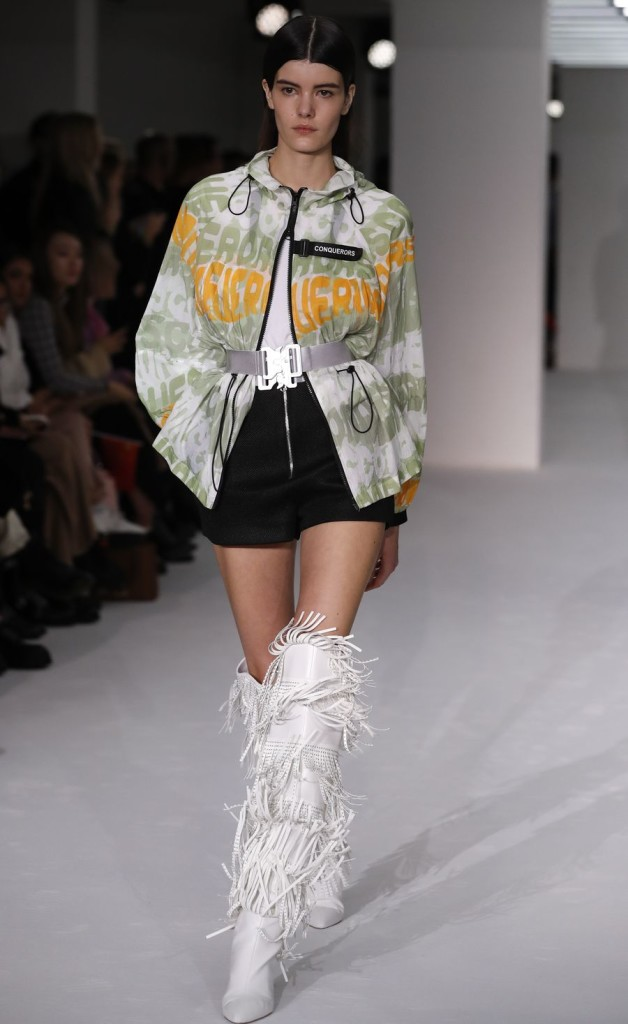 A model walks the runway during the BOSIDENG catwalk show at London Fashion Week in London, Britain. (Xinhua/Han Yan)■