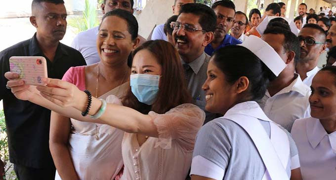 Recovered Chinese patient takes selfie with Sri Lanka's Health Minister Pavithra Wanniarachchi (in red clothes) and medical staff before being discharged from hospital in Colombo, Sri Lanka on Feb. 19, 2020. (Xinhua)