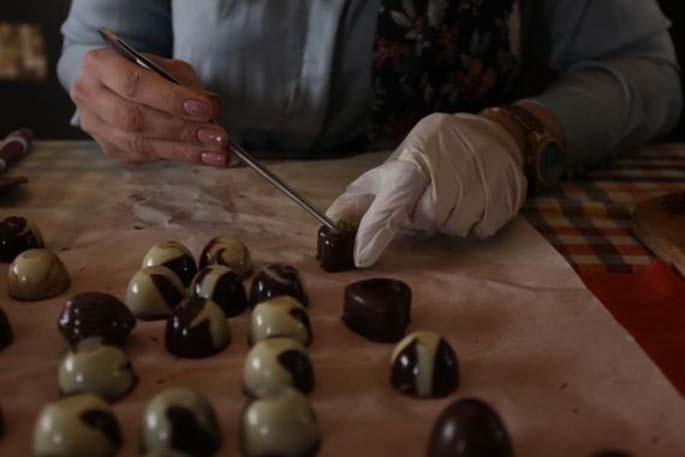 Palestinian woman Reem Shihab makes chocolate inside her house in the West Bank city of Ramallah, Feb. 24, 2020. (Xinhua/Nidal Eshtayeh)