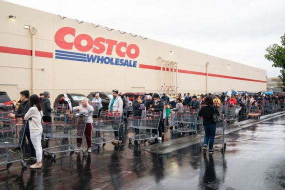 Local residents wait in lines outside a Costco supermarket in Los Angeles, the United States, March 14, 2020. U.S.  (Photo by Qian Weizhong/Xinhua)