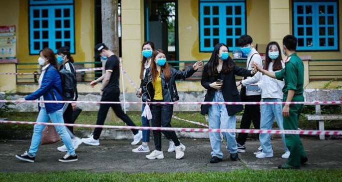 Photo taken on March 18, 2020 shows a group of young people leaving a quarantine facility after completing their 14-day quarantine in Vietnam's northern province of Hoa Binh. (VNA/Handout via Xinhua)