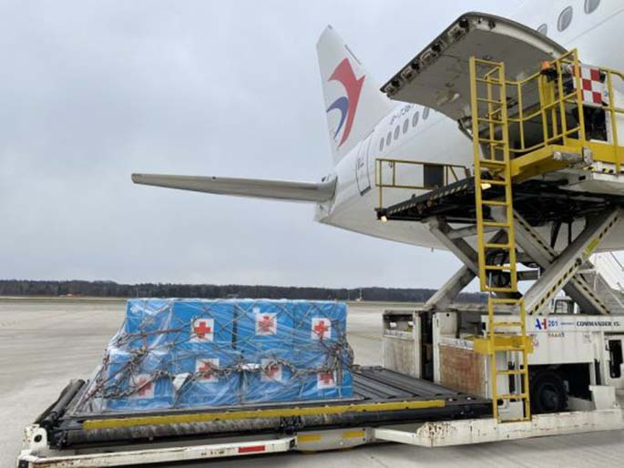 Medical supplies coming along with the third Chinese medical team are unloaded from the plane at Milan Malpensa Airport in Milan, Italy, March 25, 2020. (Str/Xinhua)