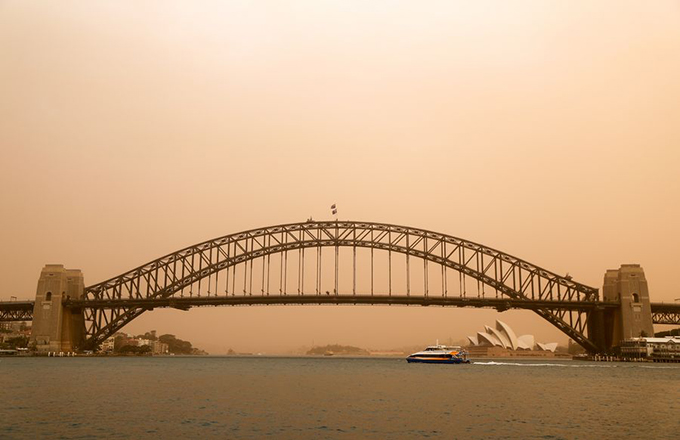 Photo taken on Nov. 12, 2019 shows the Sydney Harbour Bridge covered in smog which was caused by bushfires in northern New South Wales in Australia. (Xinhua/Bai Xuefei)