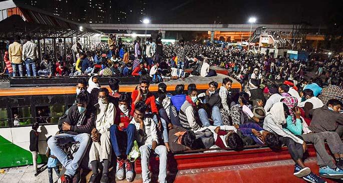 Web-Mass-Migration-of-Labours-at-Delhi-Borders--2