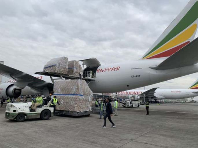 Staff unload the medical supplies from China at the airport in Addis Ababa, Ethiopia, March 22, 2020. (Xinhua/Wang Shoubao)