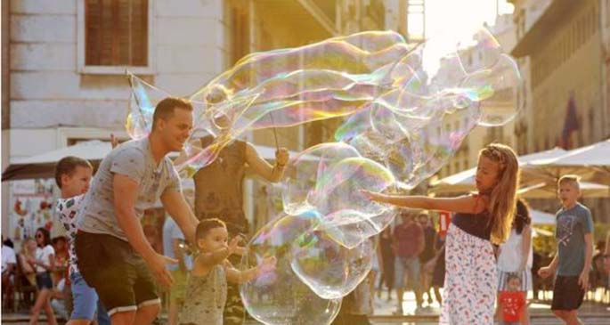 Children play with soap bubbles at a square in Valencia, Spain, July 14, 2019. (Xinhua/Guo Qiuda)