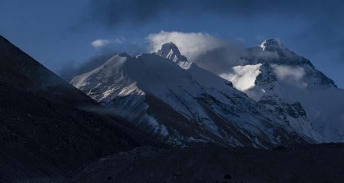 Photo taken on April 28, 2020 shows the Mount Qomolangma at sunrise in southwest China's Tibet Autonomous Region. (Xinhua/Jigme Dorje)