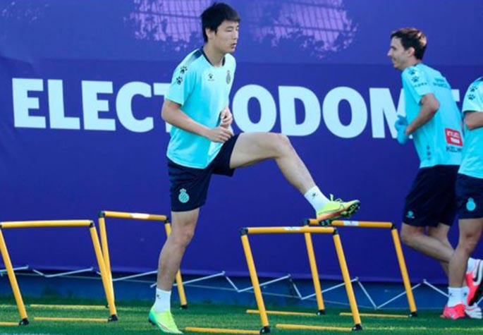 Chinese player Wu Lei (L) of RCD Espanyol attends a training session in Barcelona, Spain, May 18, 2020. (RCD Espanyol/handout via Xinhua)