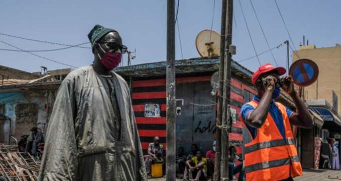 Photo taken on May 23, 2020 shows people wearing masks at public places in Dakar, Senegal. (Xinhua/Eddy Peters)