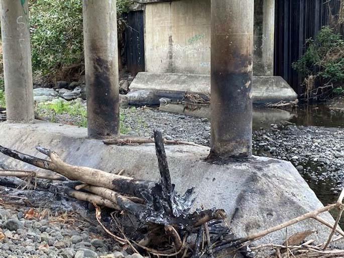 Burning of trash under the Draunivi Bridge in Ra.