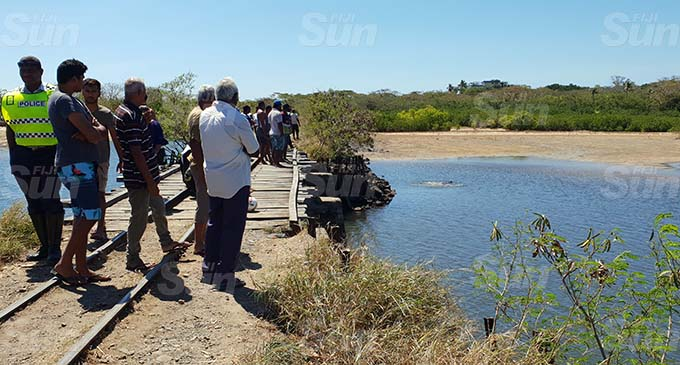 Vuda residents and bystanders at the scene on September 18, 2020. Police Officers were also at the scene to recover the bodies of the brothers. Photo: Nicolette Chambers