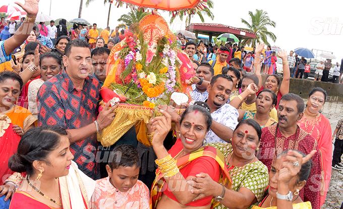 Hundreds of Hindu devotees fromDavuilevu Housing Ramayan Mandali during Ganpati Visarjan (final Lord Ganesh Utsav prayer ritual of farewell of Lord Ganesh idol) at Suva foreshore on September 1, 2020. Photo: Ronald Kumar.