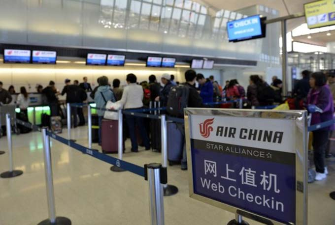 Passengers wait to check in for the Air China's nonstop flight to Beijing at the Newark Liberty International Airport, New Jersey, the United States, Oct. 26, 2015. (Xinhua/Wang Lei)