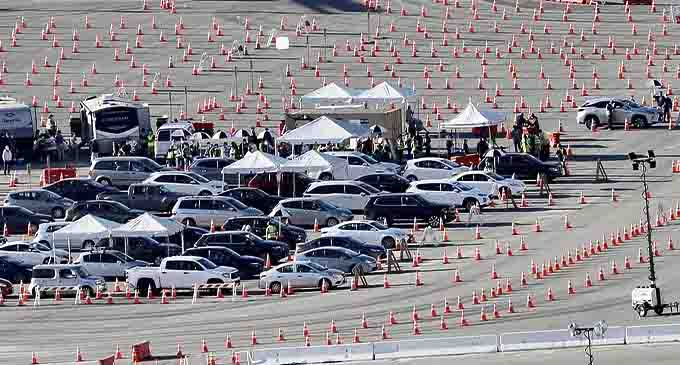 Motorists line up to receive inoculation at a COVID-19 vaccination site at Dodger Stadium in Los Angeles, California, the United States, Jan. 15, 2021. (Xinhua)
