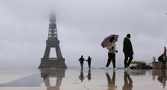 People walk in the rain on the Place du Trocadero near the Eiffel Tower in Paris, France, Jan. 13, 2021. (Xinhua/Gao Jing)